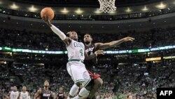 """Bek Seltiksa Nejt Robinson u duelu sa Lebronom Džejmsom (Majami) tokom jučeršanje utakmice u """"TD Gardenu"""" u Bostonu"""