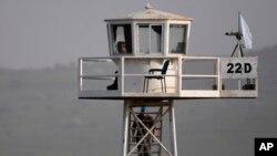 Un pacificador de la ONU es visto en la torre de observación en Quneitra Crossing entre Siria y las Alturas de Golán, zona controlada por Israel. Foto de archivo. 9 de marzo, de 2013.