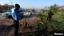 Polisi Pakistan memeriksa memeriksa lokasi ledakan di Islamabad, Kamis (3/4).