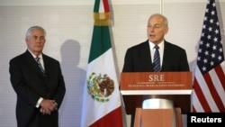 Bộ trưởng An ninh Nội địa John Kelly (bên phải) và Bộ trưởng Ngoại giao Rex Tillerson của Mỹ phát biểu tại Bộ Ngoại giao Mexico, ngày 23/02/2017.