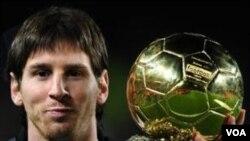 Lionel Messi meraih penghargaan Bola Emas tahun lalu. Tahun ini ia dan kedua rekan timnya di Barcelona, Andres Iniesta dan Xavi Hernandez, terpilih sebagai finalis penghargaan Bola Emas FIFA.