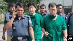 Bác sĩ Nhật Bản và quan chức an ninh của tòa đại sứ Nhật ở Bangladesh sau khi khám tử thi công dân Nhật Kunio Hoshi tại làng Mahiganj, quận Rangpur, Bangladesh, ngày 4/10/2015.