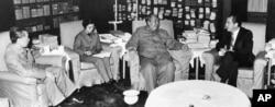 历史照片:中共主席毛泽东在北京中南海会见美国总统尼克松,周恩来总理和翻译唐闻生在场(1972年2月21日)