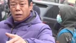 北京便衣人员在法院200米外骚扰采访浦志强案的VOA记者