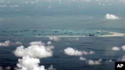 지난달 11일 중국이 건설 중인 남중국해 인공섬을 상공에서 촬영한 모습.