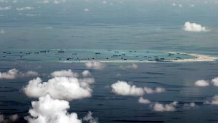 航拍显示中方在南中国海的斯普拉特利群岛(南沙群岛)填海造岛(2015年5月11日)