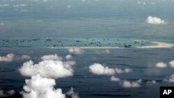 2015年5月11日军用飞机窗口拍摄显示中国在南中国海造岛