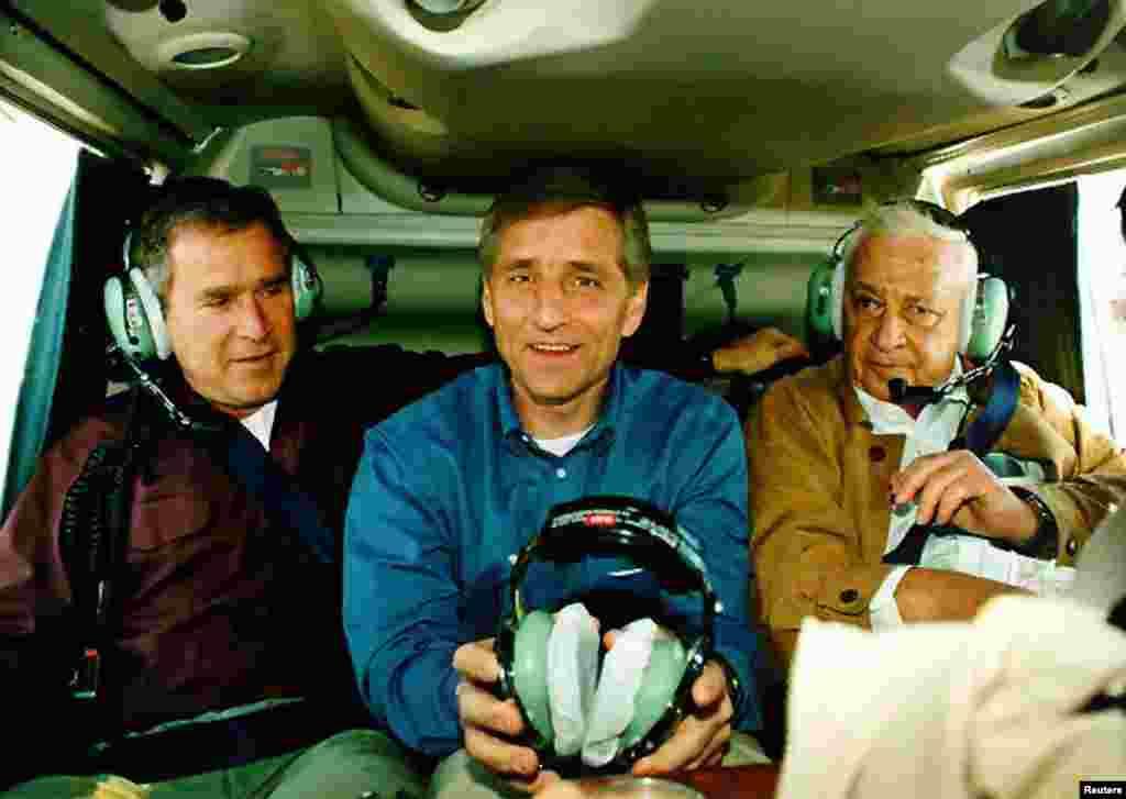 Junto a los gobernadores de Texas, George Bush (izquierda) y al de Utha, Mike Leavitt, en una visita a Israel y los territorios de la Orilla Occidental, el 1 de diciembre de 1998.