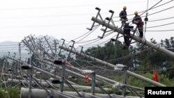 Cột đèn bị đổ vì bão Haikui tại Ôn Lĩnh, tỉnh Triết Giang, Trung Quốc, ngày 8/8/2012