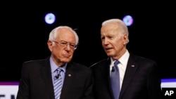 រូបឯកសារ៖ បេក្ខជនប្រធានាធិបតីមកពីគណបក្សប្រជាធិបតេយ្យលោក Bernie Sanders (ខាងឆ្វេង) និងលោក Joe Biden។