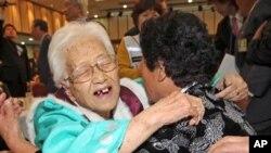 이산가족 상봉행사 첫날인 30일 오후 금강산면회소에서 남측 김혜정(96) 할머니와 북측 딸 우정혜씨와의 감격의 상봉장면