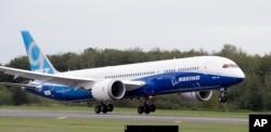 波音公司的波音787-9客機從華盛頓州的埃弗里特的佩因費爾德機場起飛。(2013年9月17日)