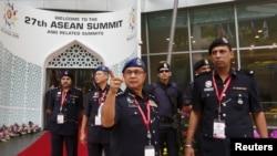 ພວກເຈົາໜ້າທີ່ ກຳລັງກອວກາຢູ່ ກອງປະຊຸມສຸດຍອດ ປະເທດສະມາຊິກ ຂອງສະມາຄົມບັນດາປະເທດຊາດ ໃນເຊດເອເຊຍອາຄະເນ ຫລື ASEAN