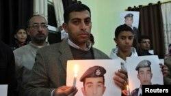 Džavdat Safi, brat otetog jordanskog piloga Muata Al Kaseasbeha drži njegovu fotografiju, mesto Karak, 31. januar 2015.