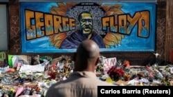 ARHIVA - Memorijal za Džordža Flojda na mestu gde je preminuo u Mineapolisu 25. maja 2020. (Foto: Reuters/Carlos Barria)