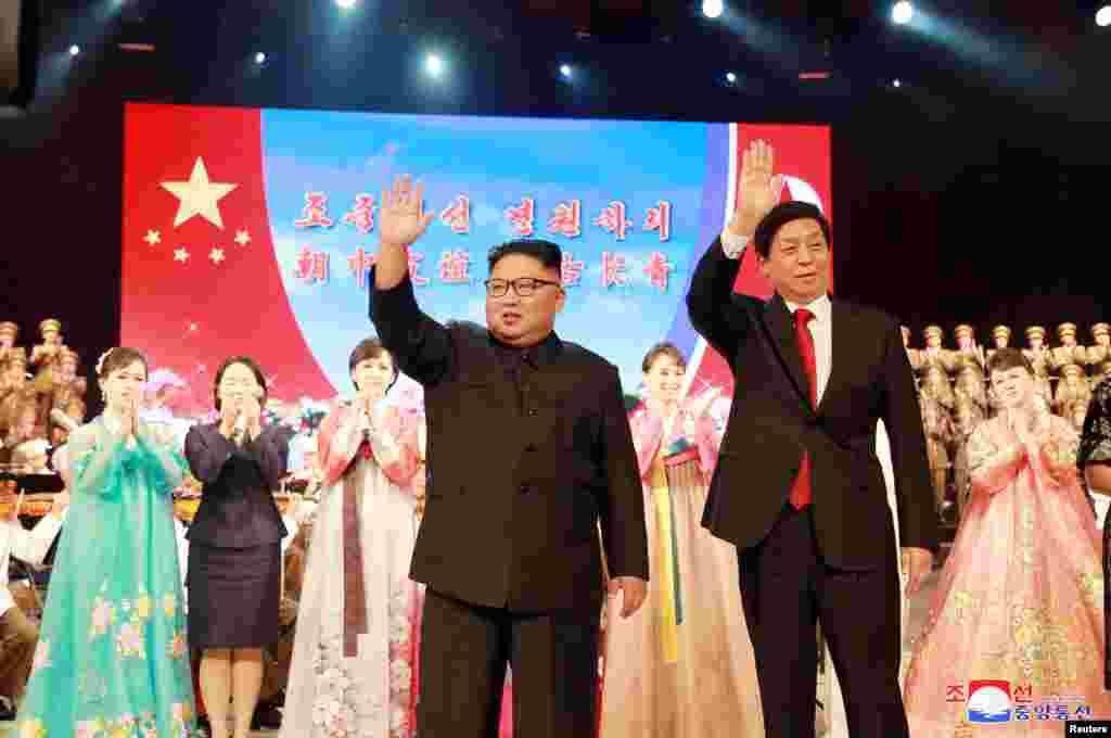 金正恩和栗战书参加平壤的欢迎仪式(2018年9月)