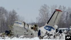 俄羅斯緊急情況部的救援人員星期一在西伯利亞西部城市秋明以外大約35公里飛機墜毀處搜索生還者