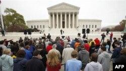 Члены христианских организаций молятся перед зданием Верховного суда, накануне слушаний закона о здравоохранении. Вашингтон, 25 марта 2012