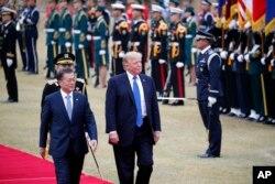 도널드 트럼프 미국 대통령과 문재인 한국 대통령이 7일 청와대에서 열린 공식 환영행사에서 의장대를 사열하고 있다.