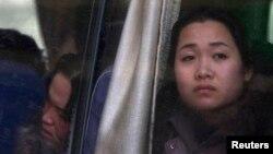 지난 2011년 12월 중국 단둥의 북한 호텔에서 근무하는 북한인 종업원이 북한으로 돌아가는 버스에 타고 있다. (자료사진)