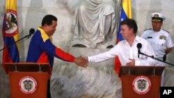 Los presidentes de Colombia, Juan Manuel Santos, y de Venezuela, Hugo Chávez, se dan la mano durante una conferencia de prensa conjunta en 2010.