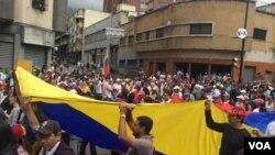 Venezolanos salen a las calles para protestar contra gobierno de Maduro