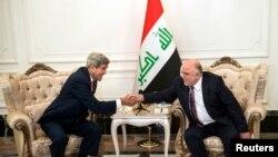 Ngoại trưởng Hoa Kỳ John Kerry và tân Thủ tướng Iraq Haider al-Abadi bắt tay sau cuộc họp tại Baghdad, ngày 10/9/2014.