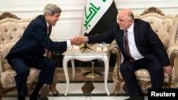 Menlu AS John Kerry (kiri) bertemu dengan PM Haider al-Abadi di Baghdad, Rabu (10/9).