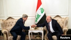 克里(左)與伊拉克總理阿巴迪(右)握手