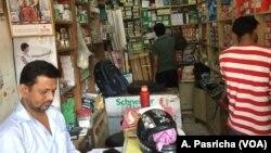 在新德里附近的商业中心古尔冈经营电器产品的桑帕德·亚达夫