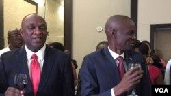 Prezidan Ayisyen an, Jovenel Moise, (adwat) ak Prezidan Sena a, Youri Latortue, (agoch) nan Pòtoprens, Ayiti. (Foto: VOA kreyòl Sèvis)