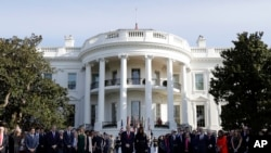 美国总统川普与第一夫人梅拉尼亚· 川普在白宫南草坪为16年前的911恐袭事件死难者举行默哀。(2017年9月11日)