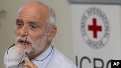 El presidente del CICR Jakob Kellenberger habla con los periodistas en Siria en 2011. En varias ocasiones la organización ha llegado a acuerdos de alto el fuego humanitarios.