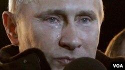 Vladimir Putin meneteskan air mata di tengah para pendukungnya di lapangan Manezh, di luar Kremlin, Moskow, setelah dipastikan menang pilpres Rusia (4/3).