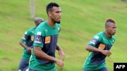 Eric Maxim Choupo-Moting (C) de l'équipe nationale camerounaise lors d'un entraînement à Yaoundé, le 13 novembre 2014.