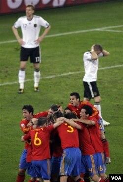 Para pemain tim Spanyol merayakan gol Puyo. Pelatih Jerman mengakui ketangguhan tim Matador, terutama di lini tengahnya.
