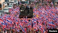 태국 반정부 시위대가 23일 방콕 특별수사국 청사 주변에서 정권 퇴진을 요구하며 행진하고 있다.
