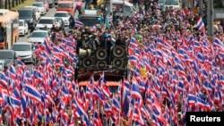 Demonstran anti pemerintah Thailand berpawai menuju Departemen Khusus Investigasi (DSI) di Bangkok (23/12).