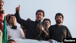 Imran Khan (tengah), ketua partai politik Pakistan Tehreek-e-Insaf (PTI), berbicara pada para pendukungnya di Islamabad.