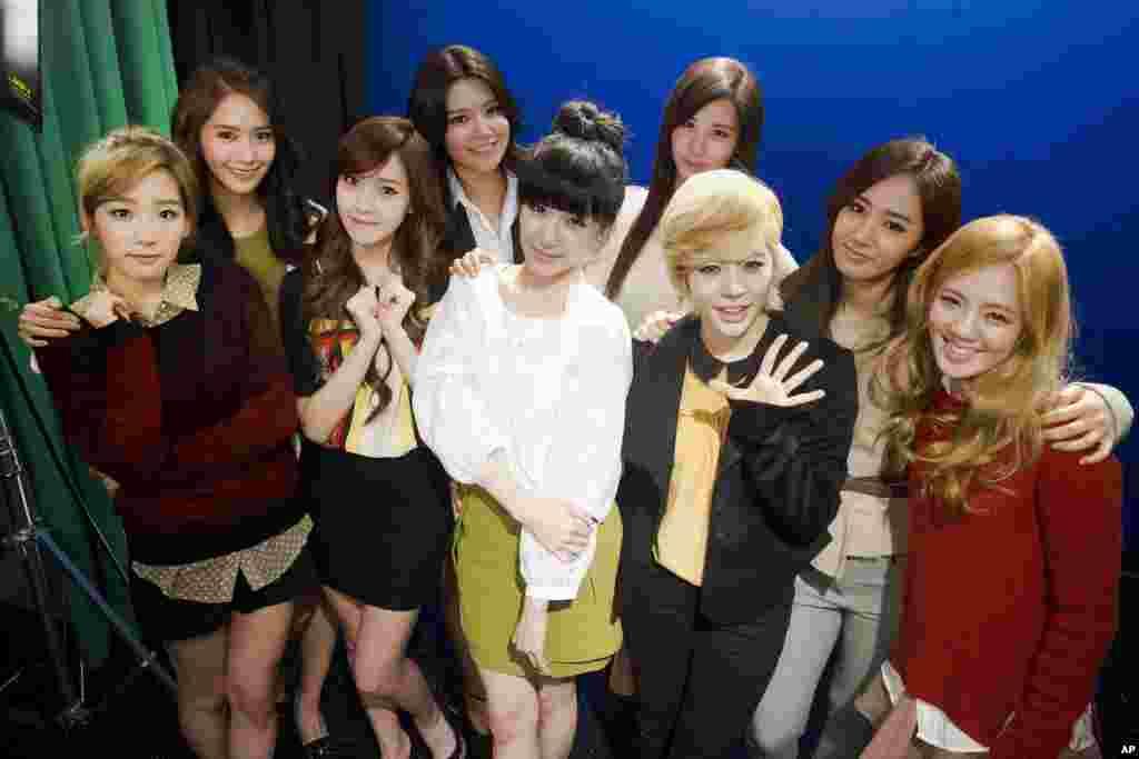 """韩国流行歌曲女团""""少女时代""""在纽约亮相。左起:队长金泰妍(Taeyeon), Yoona, Jessica, Sooyoung, Tiffany, Seohyun, Sunny, Yuri and Hyoyeon(2012年2月1日)。金泰妍盛赞乐天奶糖好吃。这个帖子被分享到她的微博帐号上,结果""""金泰妍""""迅速成为微博热搜冠军。不少中国网民的解读是,在这敏感时期,她以此来表示支持乐天集团。有网民表示:""""我爱我的国家,把你的照片都删掉,你不再是我女神。""""""""不可否认喜欢的韩国明星都很帅很美,但,未来轰炸我们14亿中国人的导弹流的鲜红的血,更'美'。"""""""