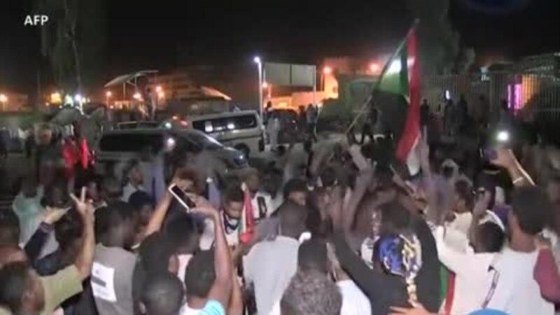Des manifestants soudanais célèbrent un accord de transition