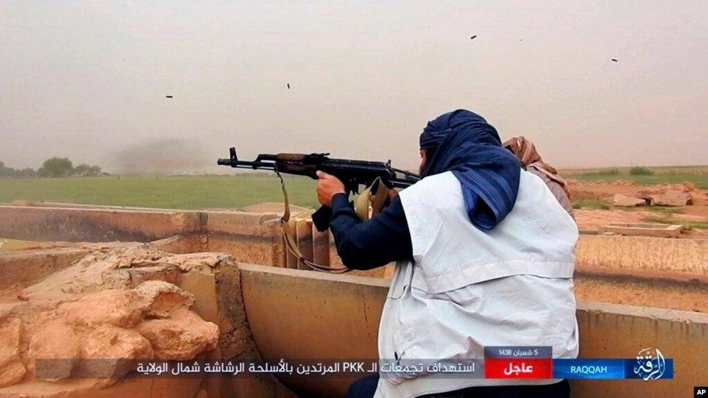 cinco atacantes suicidas se inmolaron afuera y adentro de campamento para refugiados iraquíes y desplazados sirios