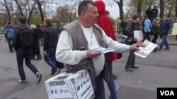 人權人士克里格爾在5月6日的莫斯科反政府集會上為政治犯募捐 (美國之音白樺拍攝)