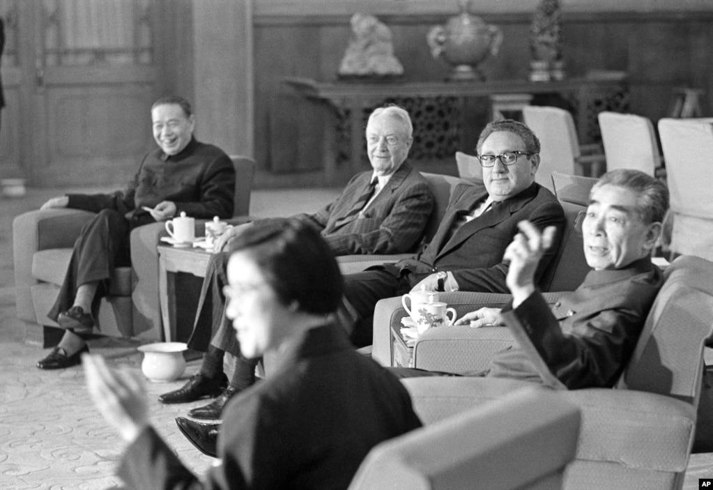 1973年11月11日,中國總理周恩來和美國國務卿基辛格(中)、美國駐華聯絡處主任戴維•布魯斯(中間沙發上左起第一人)在正式會談前交談。 美聯社的圖片說明沒說左側的人是誰,似乎是中國外長姬鵬飛