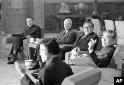 1973年11月11日,中国总理周恩来和美国国务卿基辛格(中)、美国驻华联络处主任戴维•布鲁斯(中间沙发上左起第一人)在正式会谈前交谈