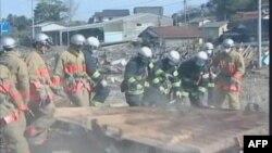 Ekipe za raščišćavanje štete posle zemljotresa u Japanu