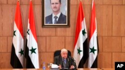 En esta foto publicada por la agencia oficial de noticias siria SANA, el canciller sirio Walid Moallem, habla durante una conferencia de prensa, el jueves 6 de abril de 2017, en Damasco, Siria. Moallem dijo a periodistas el jueves que no utilizó armas químicas el martes en el ataque mortal de armas químicas en la provincia de Siria, en el norte de Idlib.