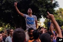 Egyptians demonstrate against President Abdel Fattah el-Sissi in Mesaha square in Cairo's Dokki district, April 25, 2016.