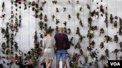 Un muro decorado con flores en Oslo recuerda las víctimas del ataque que costó la vida a 77 jóvenes.