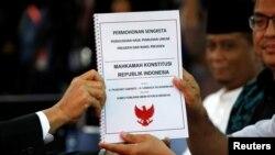 Tim kuasa hukum BPN Prabowo-Sandi (kanan) menyerahkan dokumen gugatan hasil pilpres 2019 ke Mahkamah Konstitusi di Jakarta, 24 Mei 2019. (Foto: Reuters)